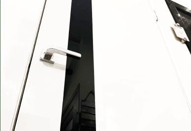 глянцевая дверь